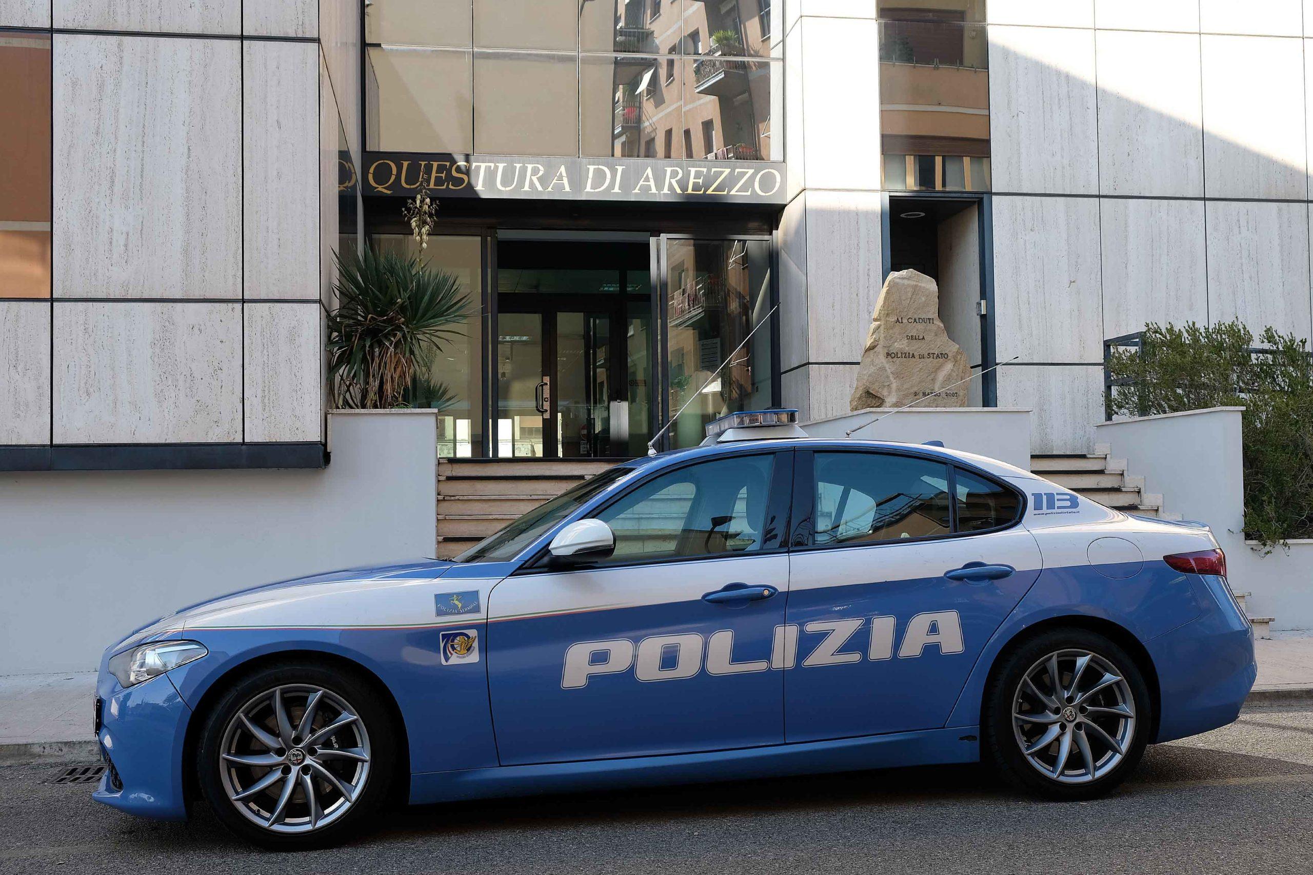 Una volante davanti all'ingresso della questura di Arezzo