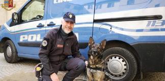 Il cane poliziotto Mia con il suo istruttore