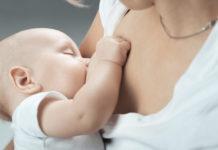 Una mamma allatta un neonato