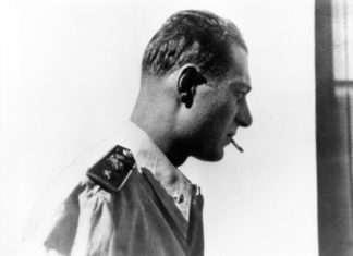 Indro Montanelli in divisa da ufficiale nel 1936