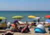 Ombrelloni su una spiaggia libera in Toscana