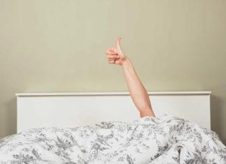Pollice che esce dal letto