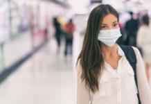 Una giovane donna con la mascherina contro il coronavirus