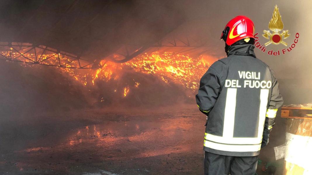 Vigili del fuoco - incendio materiale plastico vicopisano