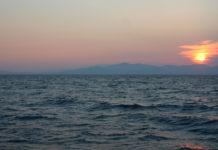 Il mare e l'Elba visti al tramonto dalla barca a vela