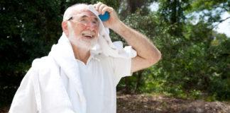 Uomo anziano soffre il caldo