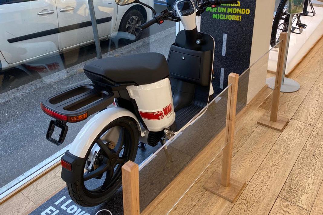 Scooter elettrico nello store estra