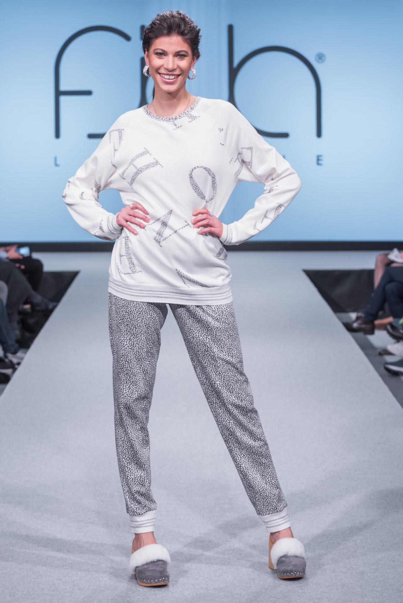 Una modella in pigiama