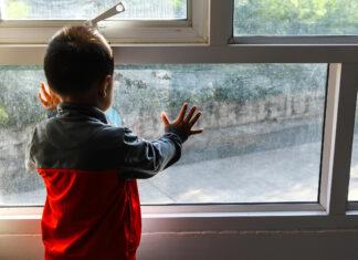 Bambino alla finestra