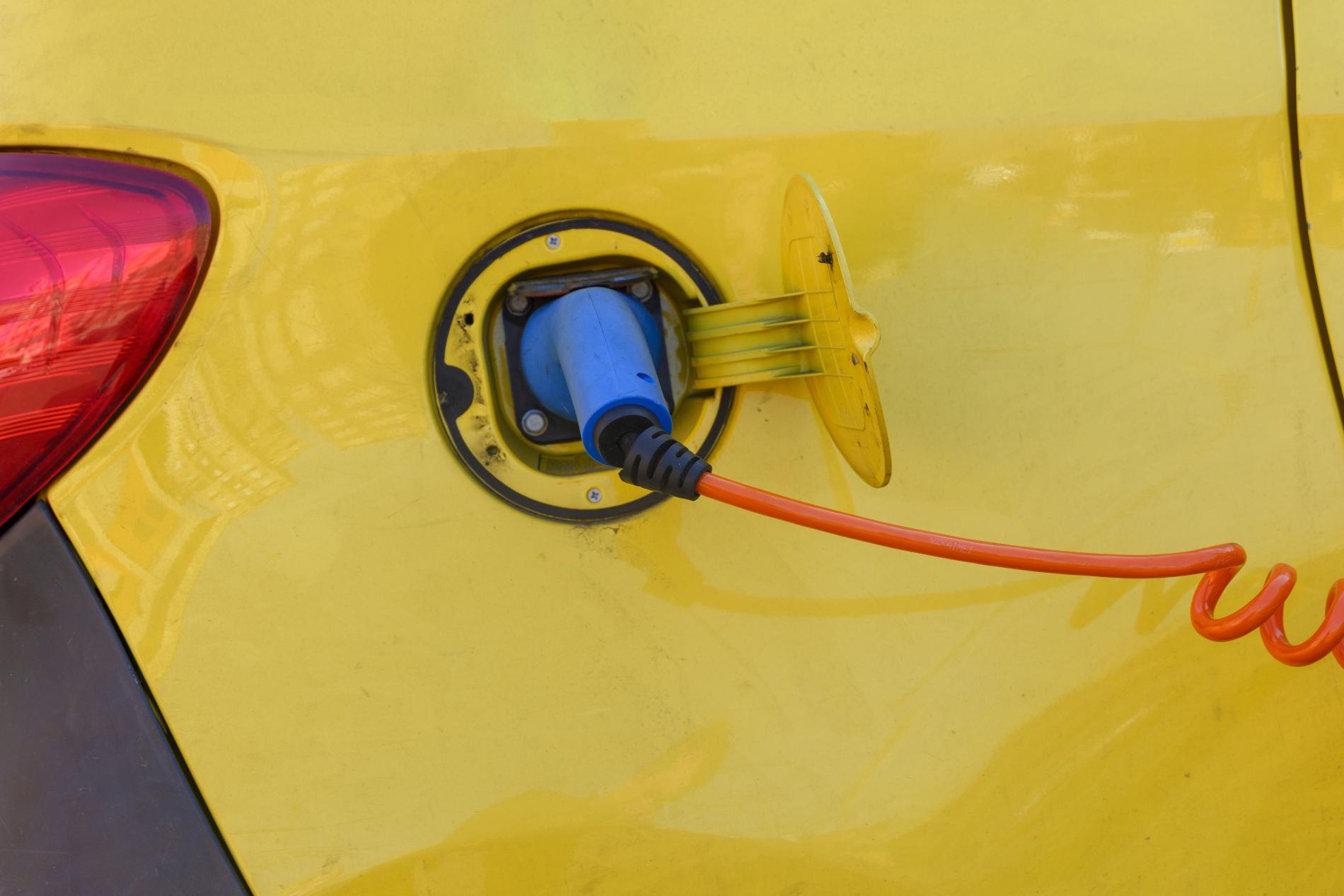 Auto elettrica in ricarica