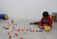 Un bambino mentre gioca