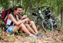 Ciclisti in una pausa durante una escursione nella natura