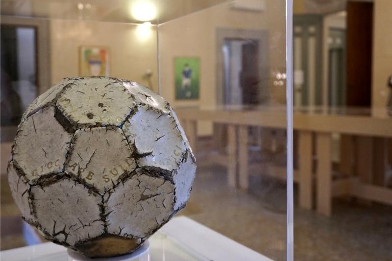 RUGGERO MAGGI Nel posto giusto al momento giusto, 2021 Scrittura su pallone di cuoio in teca di plexiglass cm 37×31×31