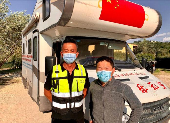 Il ciclista cinese Wan Renqiu col presidente di Ramunion Italia davanti al suo camper