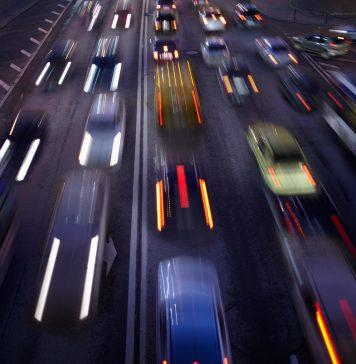 Autostrada. Notte. luci auto a lunga esposizione gratuito foto