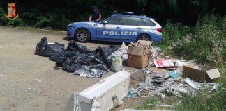 I rifiuti scaricati sulla strada per Acquerino e una macchina della polizia